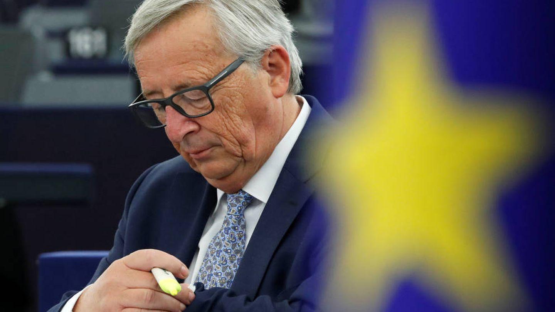 Jean-Claude Juncker, presidente de la Comisión Europea, consultando su reloj. (Reuters)