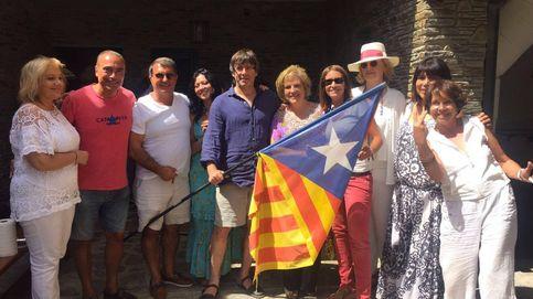 Puigdemont se arranca con los Beatles en una fiesta con Rahola y Laporta
