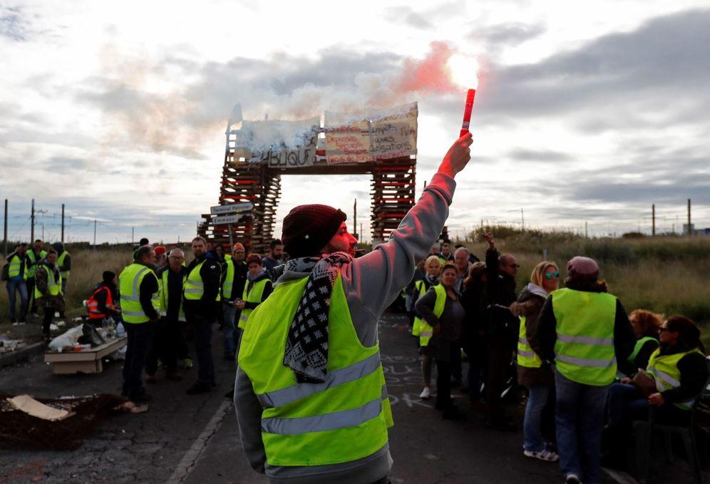 Foto: Manifestantes de los chalecos amarillos bloquean el acceso a una refinería de petróleo de Frontignan (Francia). (EFE)