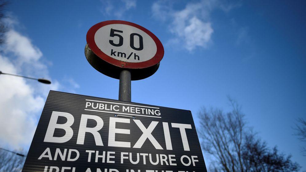 Foto: Señal colocada entre la localidad irlandesa de Donegal y la británica de Muff, en la frontera con Irlanda del Norte (REUTERS)