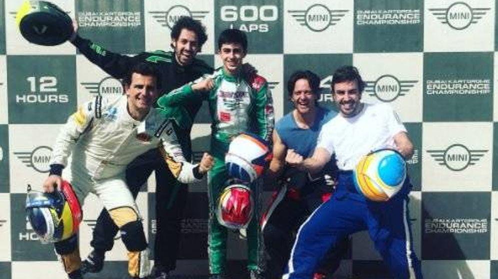Foto: Alonso y De la Rosa en el podio de las 24 horas de karting de Dubái en diciembre de 2017. (Twitter: @alo_oficial)