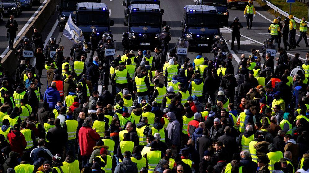 Foto: Los taxistas bloquean la autopista a la vera del aeropuerto de Barajas en una manifestación contra las regulaciones del VTC en Madrid (España). (Reuters)