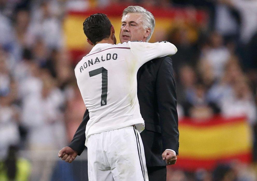 Foto: Cristiano Ronaldo y Carlo Ancelotti se abrazan al término del último Clásico de Liga.