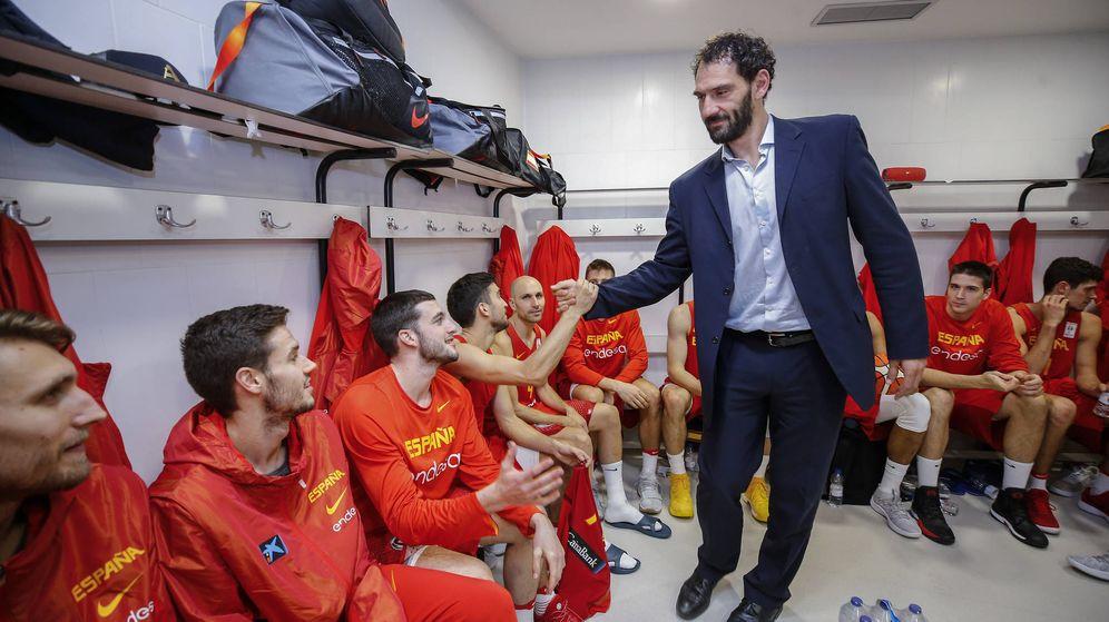 Foto: Jorge Garbajosa, presidente de la FEB, saluda a los jugadores de la selección masculina tras la victoria ante Eslovenia en Burgos. (Agencia LOF/FEB)