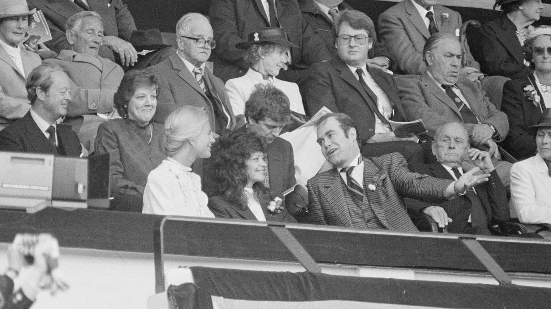 Elton y Renate, viendo un partido de fútbol en Wembley junto a Catalina de Kent. (Getty)