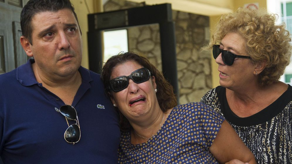 Foto: Noelia (c) y Alberto, padres preadoptivos de Joan, de cuatro años. (EFE)