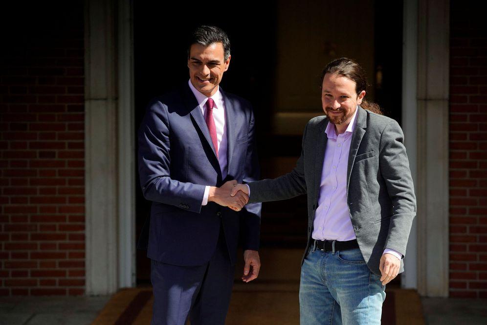 Foto: Pedro Sánchez recibe a Pablo Iglesias, líder de Unidas Podemos, este 7 de mayo en la Moncloa. (Reuters)