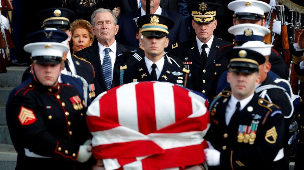Foto: El expresidente George W. Bush sigue a la guardia de honor que transporta el féretro de su padre, el también expresidente George H.W. Bush, durante su funeral en Washington, el 5 de diciembre de 2018. (Reuters)