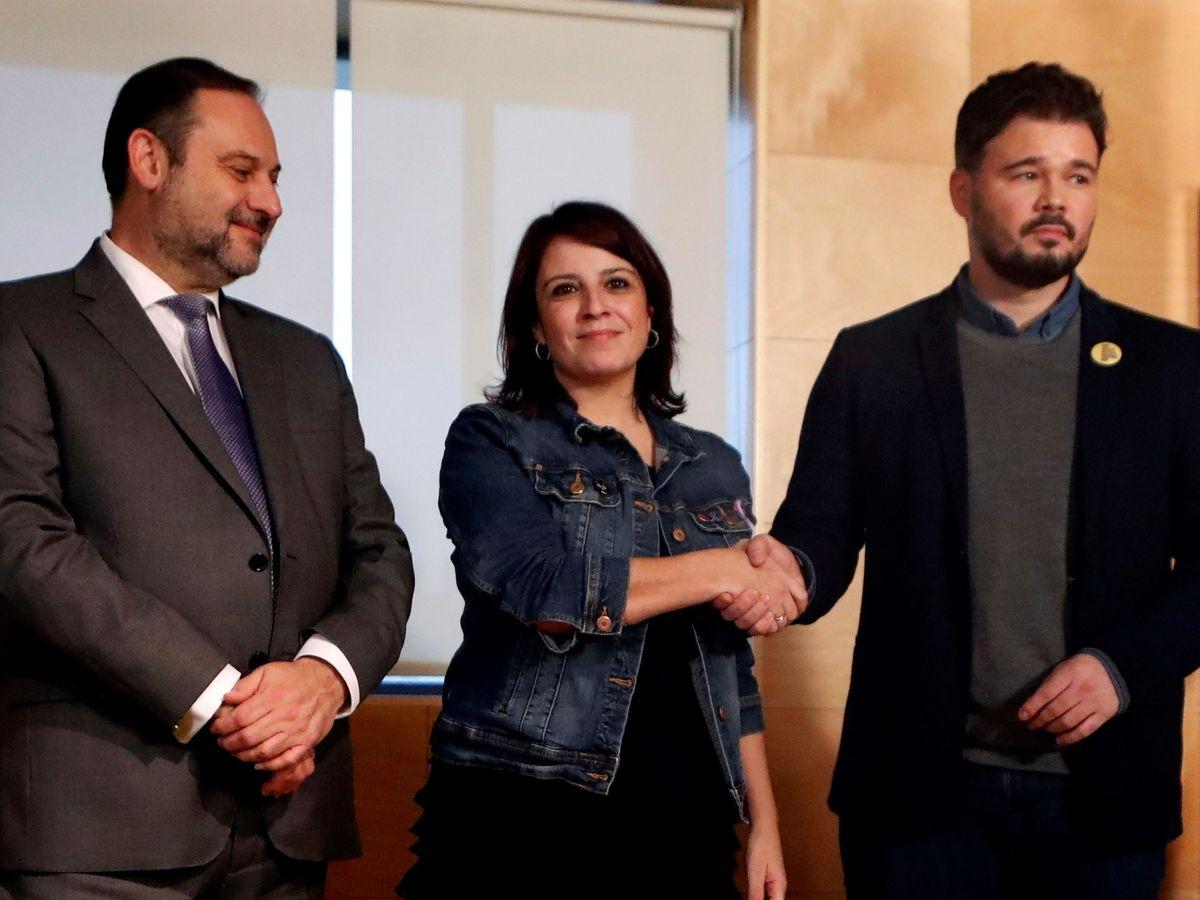 Foto: José Luis Ábalos, Adriana Lastra y Gabriel Rufián se saludan antes de entrar a la reunión de este jueves en el Congreso. (EFE)