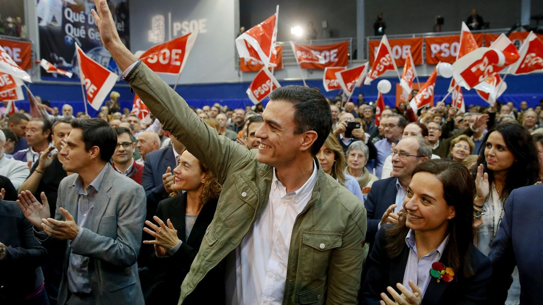 Foto: Pedro Sánchez, al lado de Sara Hernández, líder del PSOE-M, en el mitin de apertura de campaña, en el polideportivo Juan de la Cierva de Getafe. (EFE)
