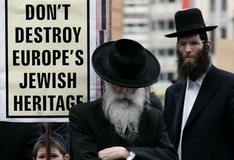 Foto: Un niño judío sostiene un cartel durante una protesta de ultraortodoxos belgas ante la sede de la UE en Bruselas. (Reuters)