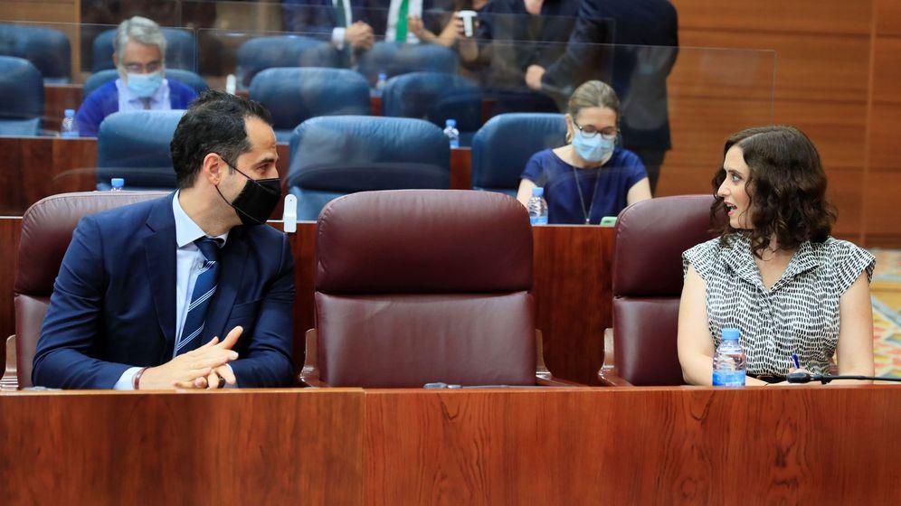 Foto: La presidenta de la Comunidad de Madrid, Isabel Díaz Ayuso, y su vicepresidente, Ignacio Aguado, en la Asamblea de Madrid. (EFE)