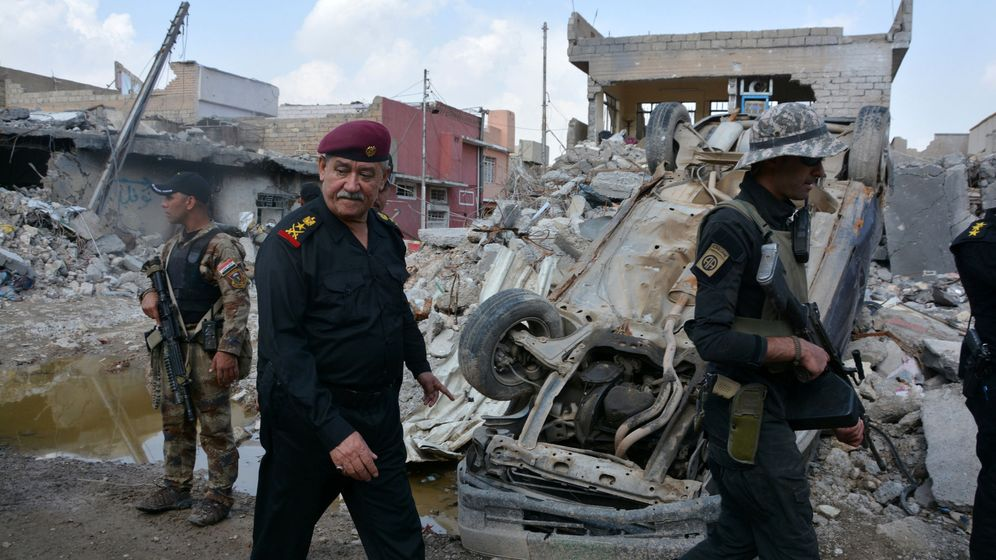 Foto: Major general abdul ghani al-asadi, a commander of the counter terrorism service (cts) walks at the site after an air strike attack against islamic state triggered a massive explosion in mosul