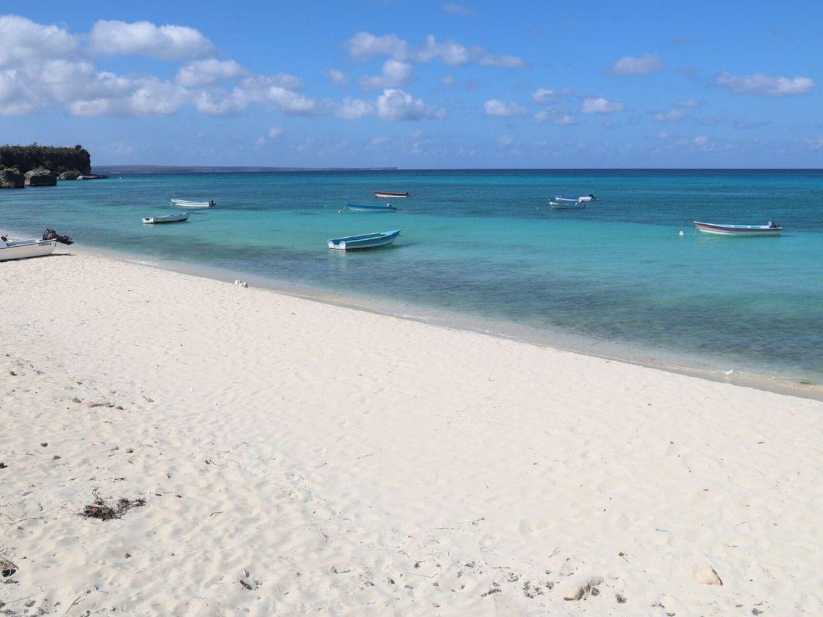 Foto: A la playa sin mirar al contador de datos. (EFE)