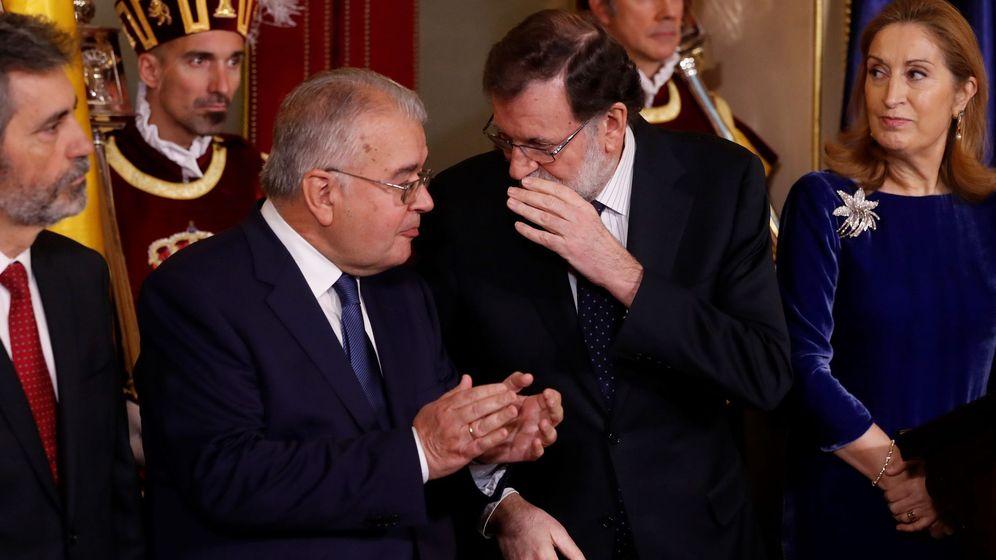 Foto: El presidente del Gobierno, Mariano Rajoy, entre el presidente del Tribunal Constitucional, Juan José González Rivas, y la presidenta del Congreso, Ana Pastor. (EFE)