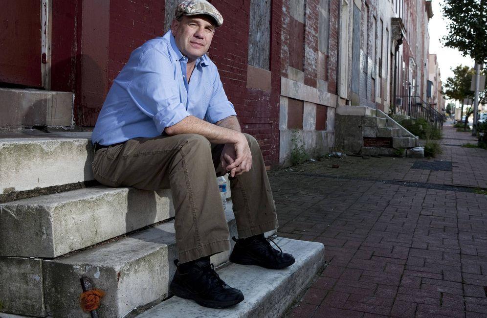 Foto: David Simon posa en las calles de Baltimore en una imagen de 2010.
