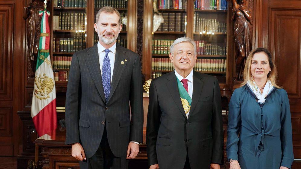 Foto: El rey Felipe, con el nuevo presidente y la primera dma. (EFE)