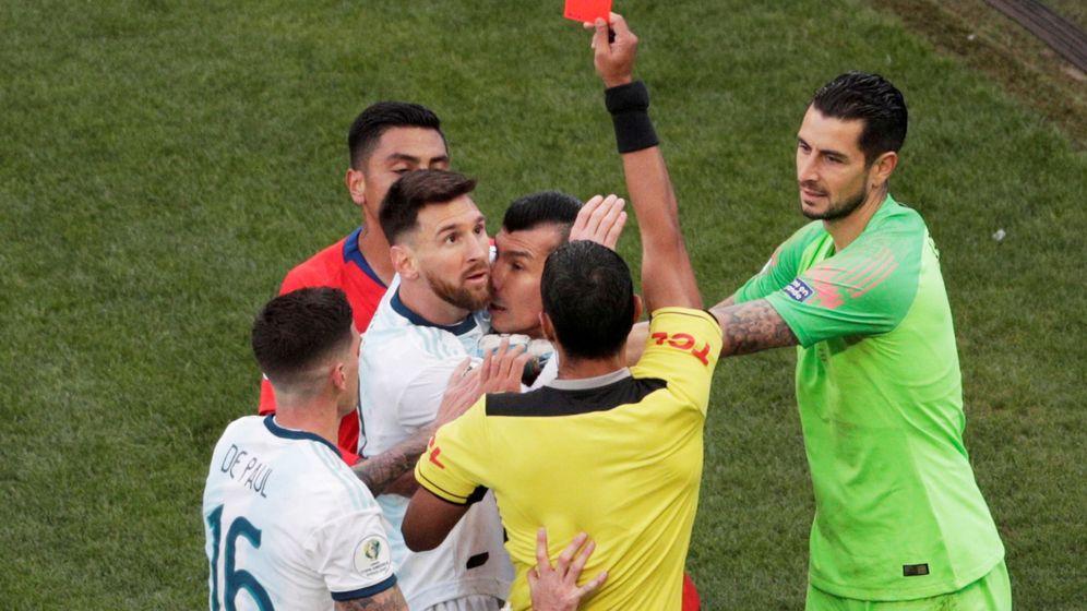 Foto: Messi, agarrado a Medel, ve cómo el árbitro les expulsa. (EFE)