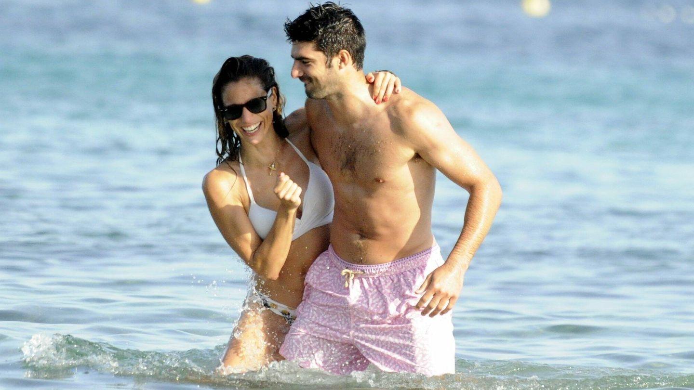 Lucia Villalon con su pareja Gonzalo Melero de vacaciones en Ibiza. (Cordonpress)