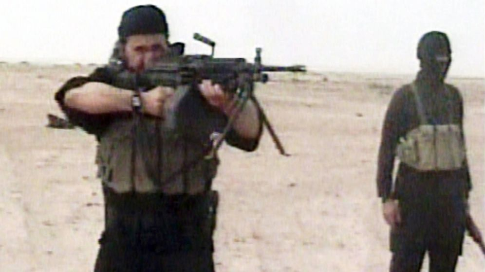 Foto: Captura de pantalla de un raro video en el que se ve a Abu Musab Al Zarqawi disparando una ametralladora. (Reuters)
