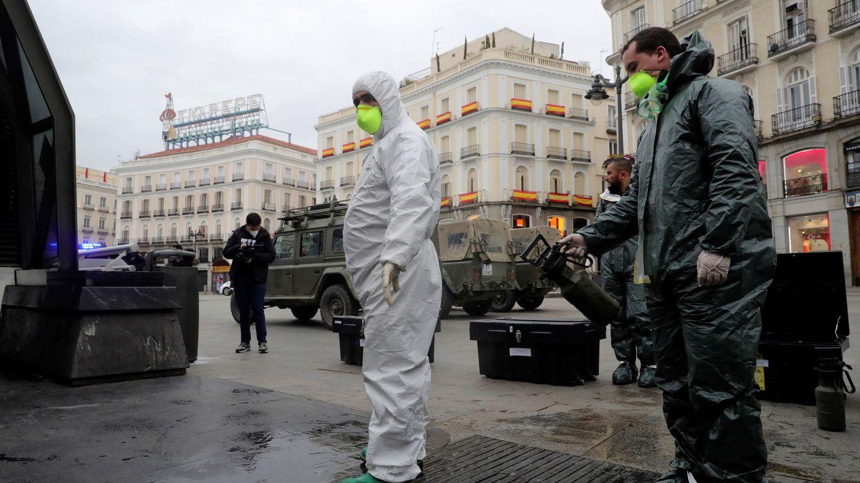 La Unidad Militar de Emergencias (UME) desinfecta la madrileña Puerta del Sol. (EFE)