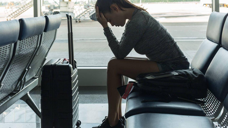 Martes y 13, ni te cases ni te embarques: el miedo de los españoles a volar hoy en avión