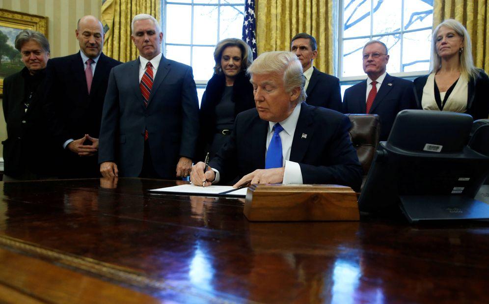 Foto: Trump firma un memorando sobre el Estado Islámico rodeado de su equipo, en la Casa Blanca, el 28 de enero de 2017. (Reuters)