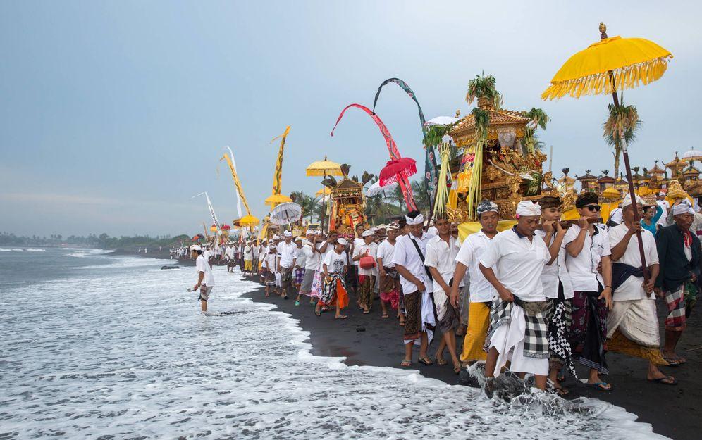 Foto: Una procesión en Gianyar de la minoría hindú, que apoya al movimiento contra el megaproyecto de TWBI en la Bahía de Benoa. (Reuters)