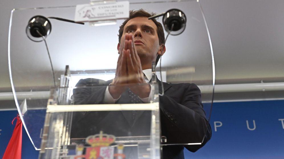 Foto: El presidente de Ciudadanos, Albert Rivera, durante la rueda de prensa tras verse con el Rey. (EFE)