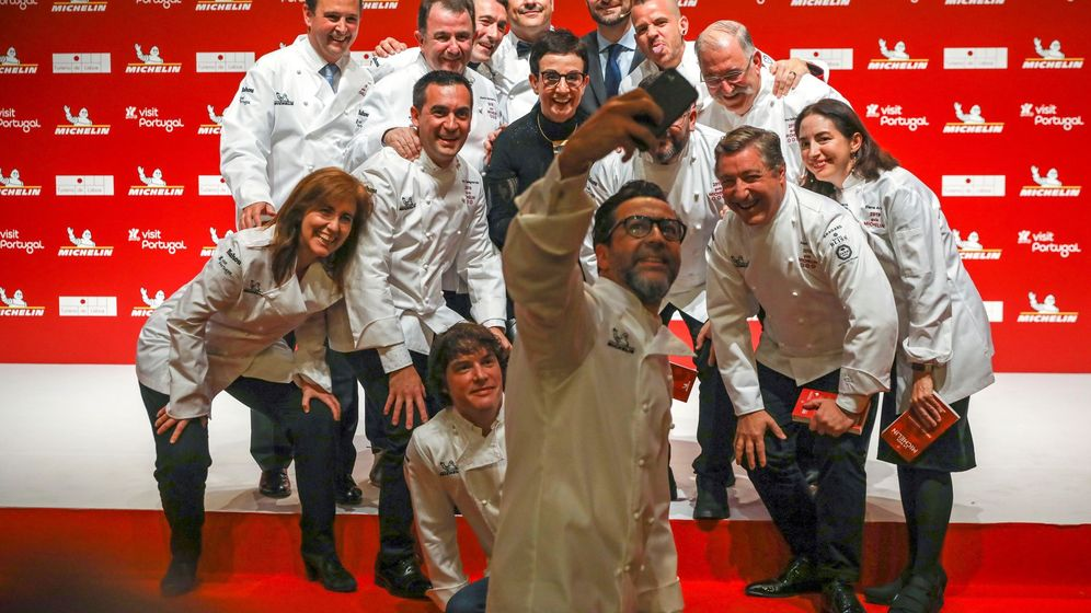 Foto: Varios de los cocineros premiados en la Guía Michelin posan para una foto. (EFE)