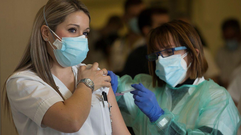 Foto: Personal sanitario del Hospital de Sant Pau de Barcelona recibe la vacuna contra el covid. (EFE)