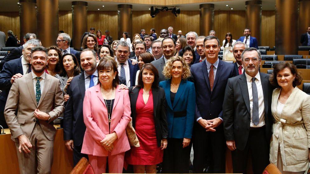 Foto: El secretario general del PSOE y presidente del Gobierno en funciones, Pedro Sánchez (3d), posa tras la reunión del Grupo Parlamentario Socialista. (EFE)