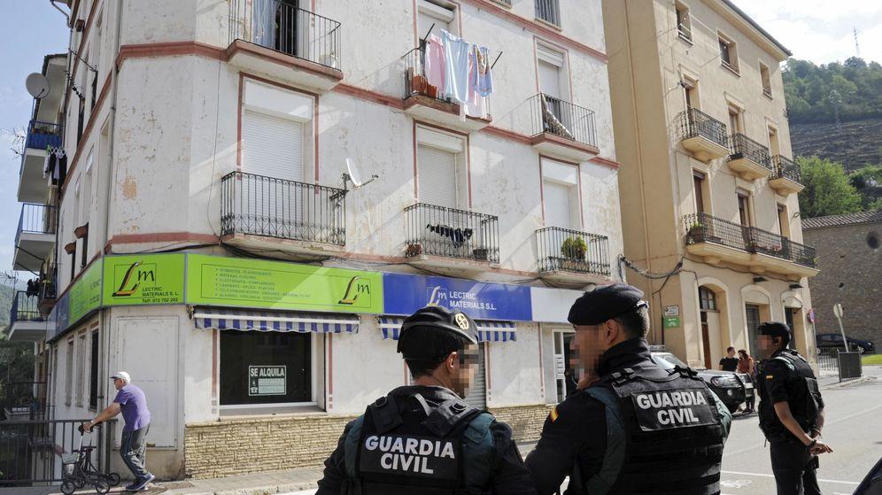 Foto: Momento del registro de un domicilio en la calle Pont d'Olot de Ripoll (Girona) este viernes. (EFE)