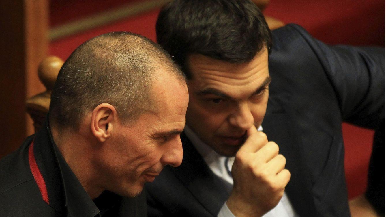 Foto: El primer ministro griego Alexis Tsipras (derecha) conversa con el ministro de Finanzas Yanis Varufakis (EFE)