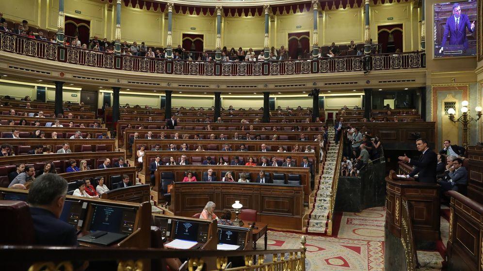 Foto: Pedro Sánchez durante el debate de investidura. La bancada de PP y Ciudadanos, de fondo. (EFE)