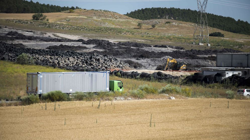 Foto: El vertedero de Seseña. Al fondo se pueden ver las cenizas provocadas tras el incendio y en primer plano algunos neumáticos que no ardieron.