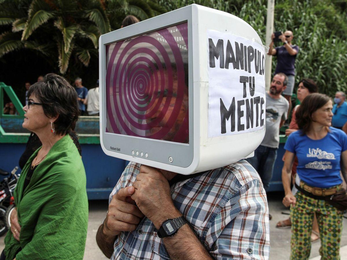 Foto: Concentración de negacionistas en San Sebastián. (Juan Herrero / EFE)