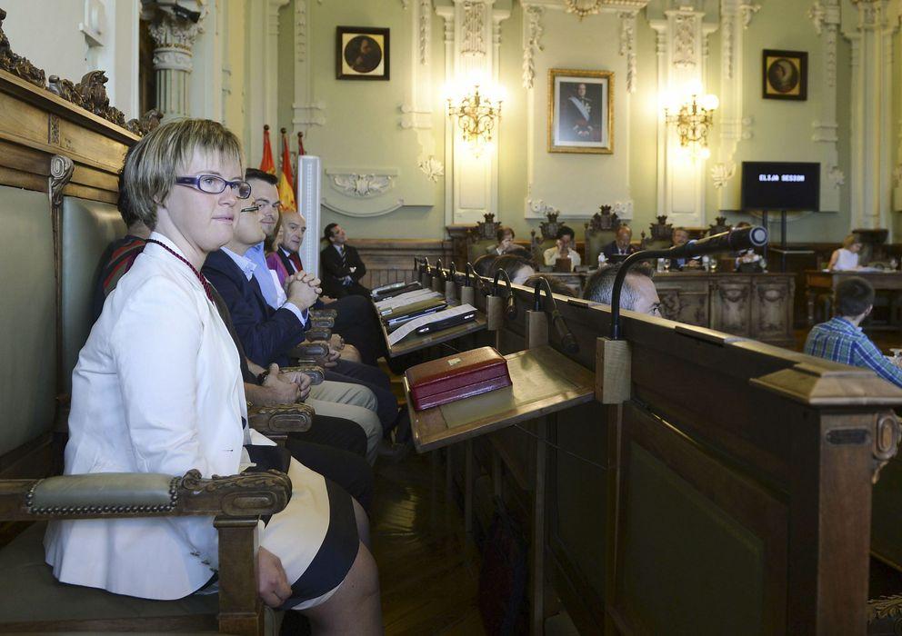 Foto: Ángela Bachiller durante su primer pleno en el Ayuntamiento de Valladolid. (Efe)