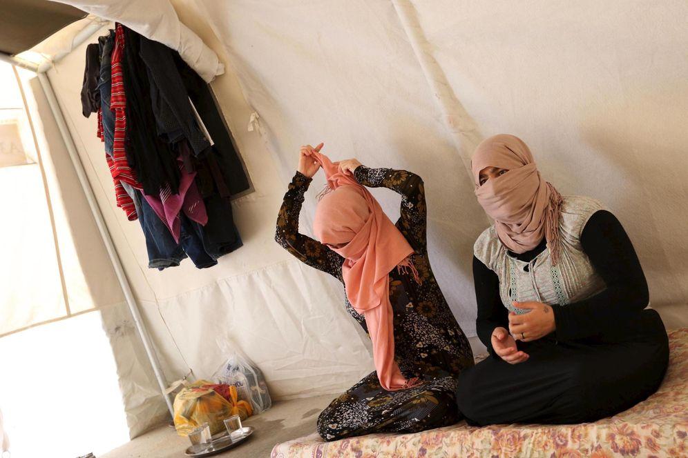 Foto: Dos hermanas yazidíes que escaparon del Estado Islámico se sientan en una tienda de un campo de refugiados en Dohuk, en julio de 2015 (Reuters)