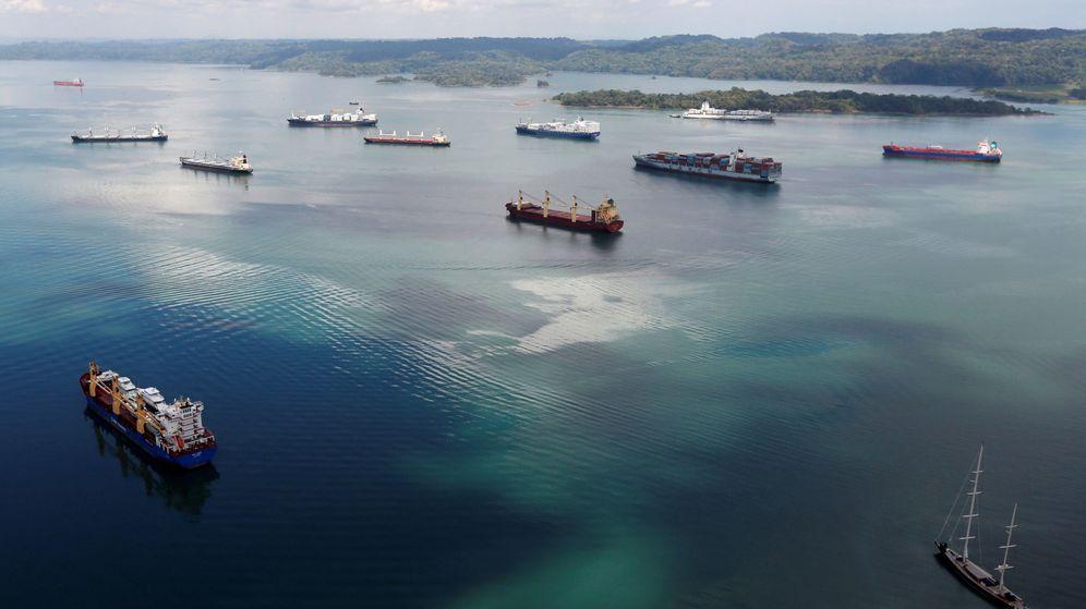 Foto: Buques de carga navegan por el Canal de Panamá, a las afueras de Colón. (Reuters)