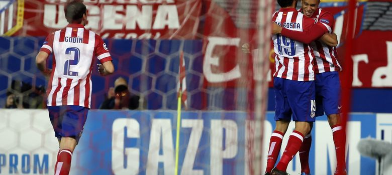 Foto: Diego Costa abraza a Miranda después de un gol del defensa.