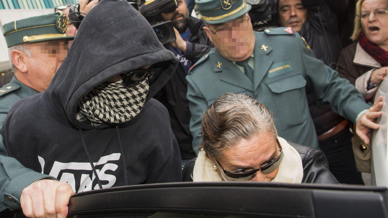 Foto: El Cuco y su madre abandonan los juzgados de Sevilla en 2016. (EFE)