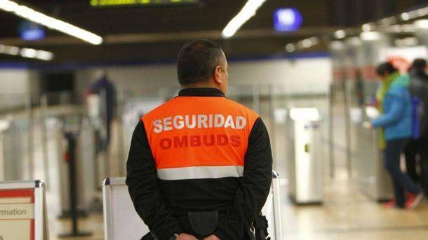 Foto: Uno de los vigilantes de seguridad del metro de Madrid que pertenece a la empresa Ombuds.