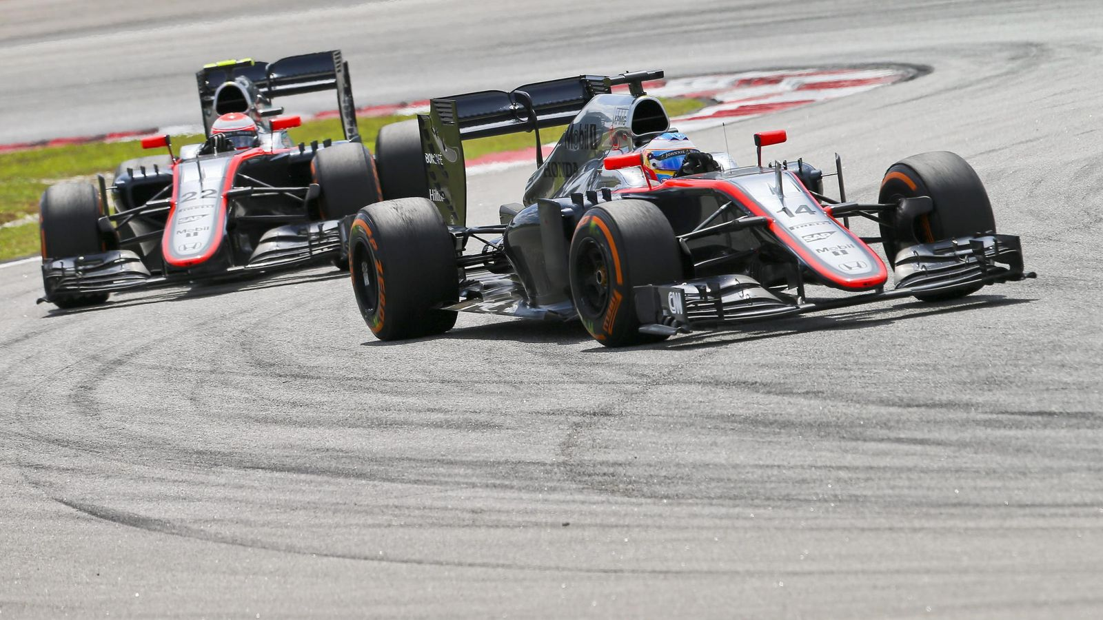 Foto: Fernando Alonso y Jenson Button en la pista de Sepang.
