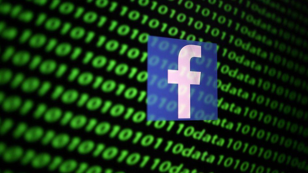 Foto: Logo de Facebook sobre un fondo de códigos binarios. (Reuters)