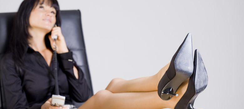 Foto: Poner los pies encima de la mesa no causa precisamente la mejor de las impresiones entre nuestros superiores. (Corbis)