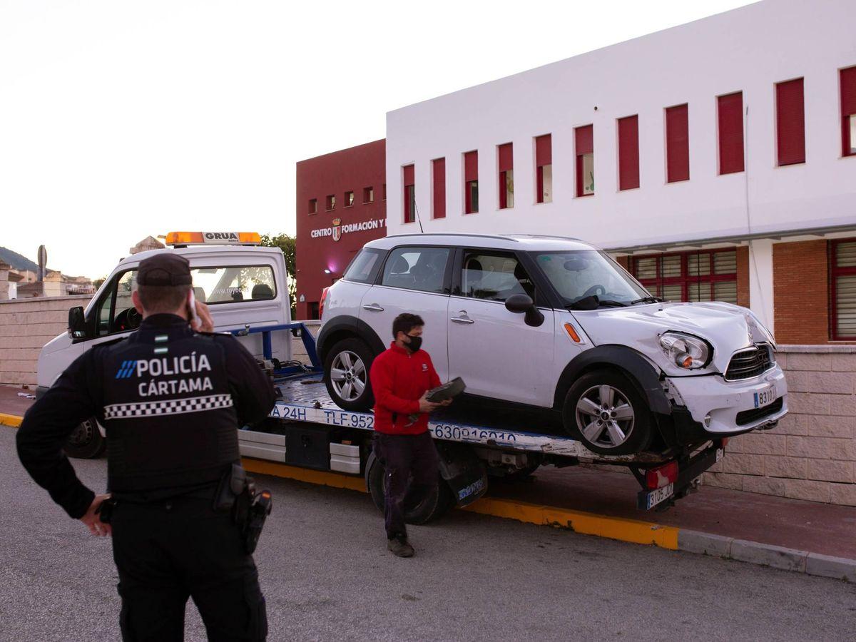 Foto: Retirada del coche de las mujeres, que colisionó contra una farola tras el ataque. (EFE)