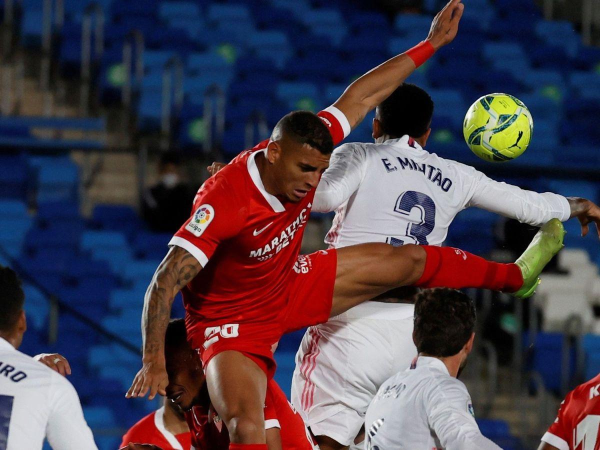 Foto: La mano de Militao que acabó por significar el empate del Madrid y el Sevilla. (EFE)