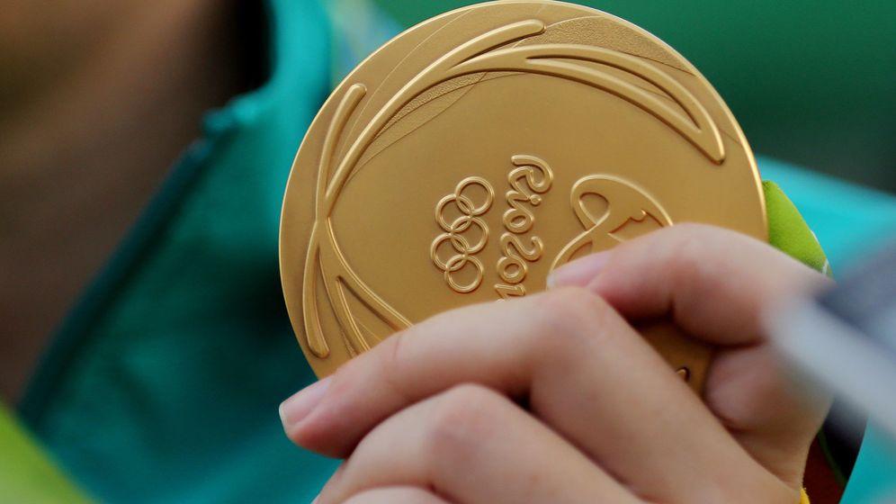Foto: La australiana Catherine Skinner muestra su medalla de oro en tiro al plato estas olimpiadas.