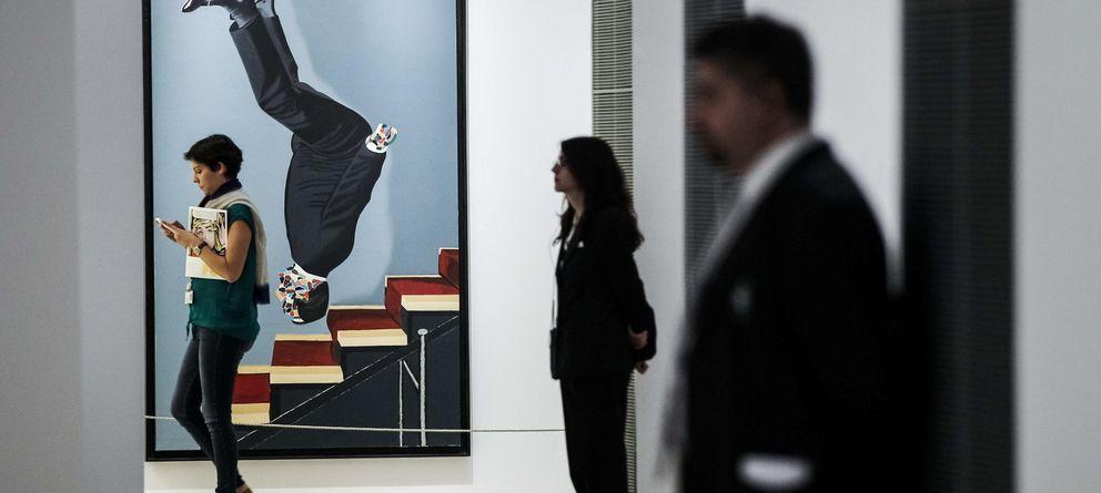 Foto: 'Vestido bajando la escalera', de Eduardo Arroyo, al fondo de la sala. (EFE)